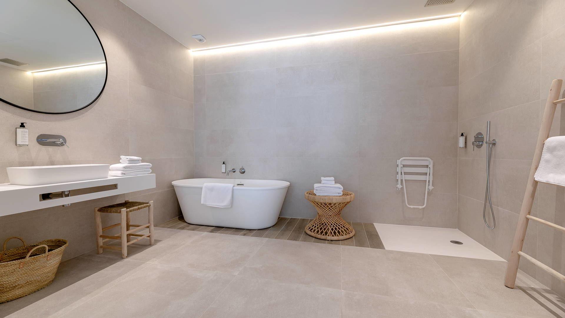 Salle de bain spacieuse hotel occitanie