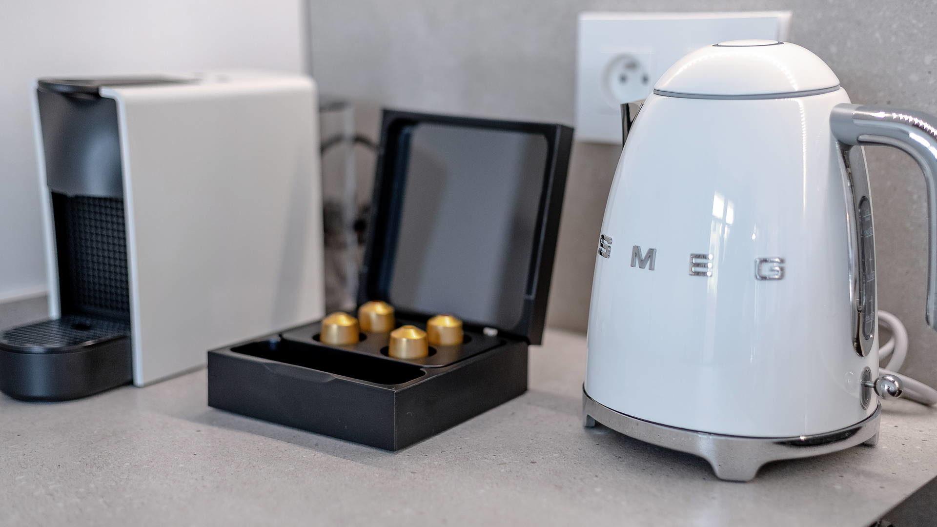Machine à café et bouilloire, dans nos location d'appartements à Collioure.