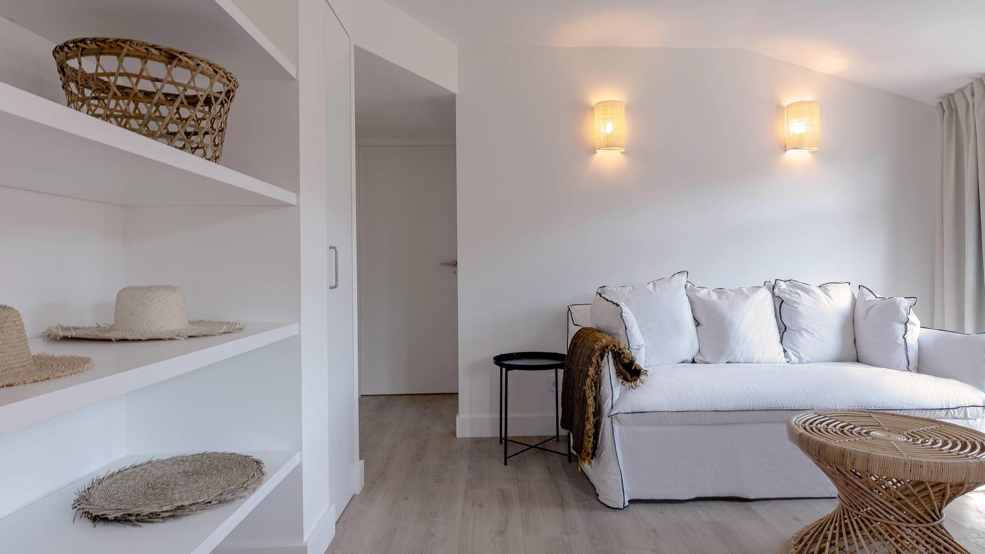 Vue du salon avec canapé, pour un week-end à Collioure.