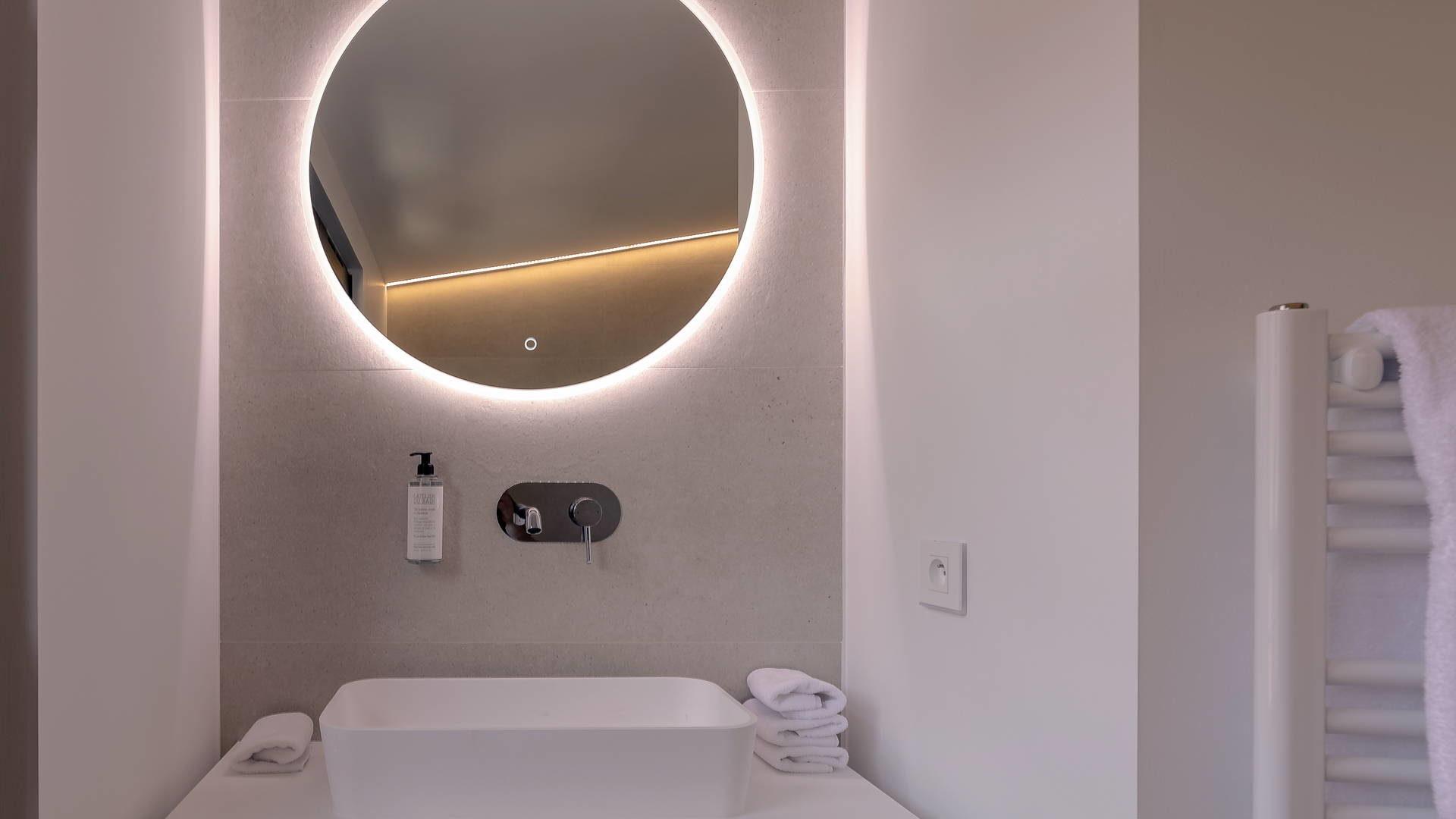 Lavabo et miroir de la salle de bain d'une chambre de notre hôtel sur le port de Collioures.